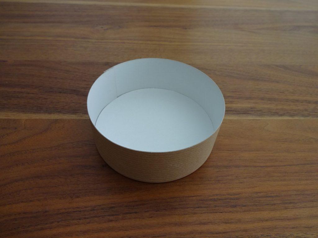 Le couvercle d'une boîte de fromage forme la base. (Photo: Athena Tsatsamba Welsch)