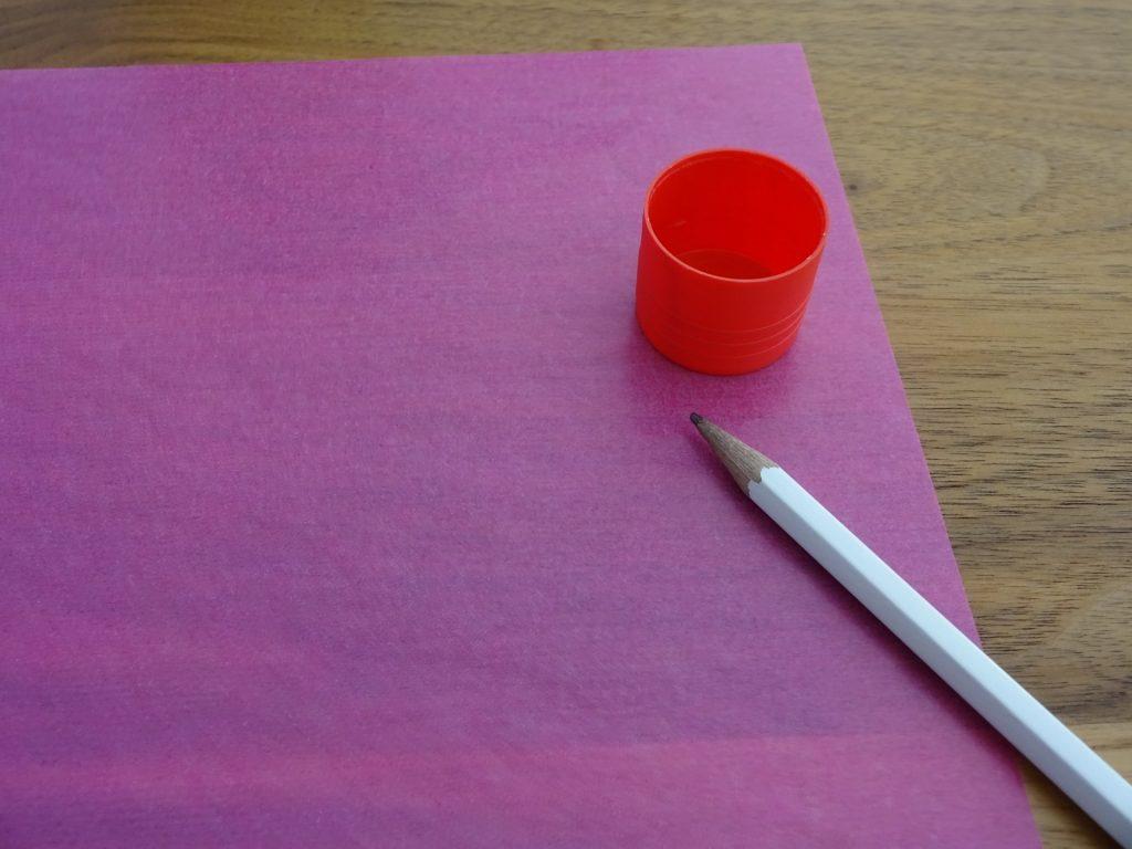 Dessiner les motifs sur le papier de soie. (Photo: Athena Tsatsamba Welsch)