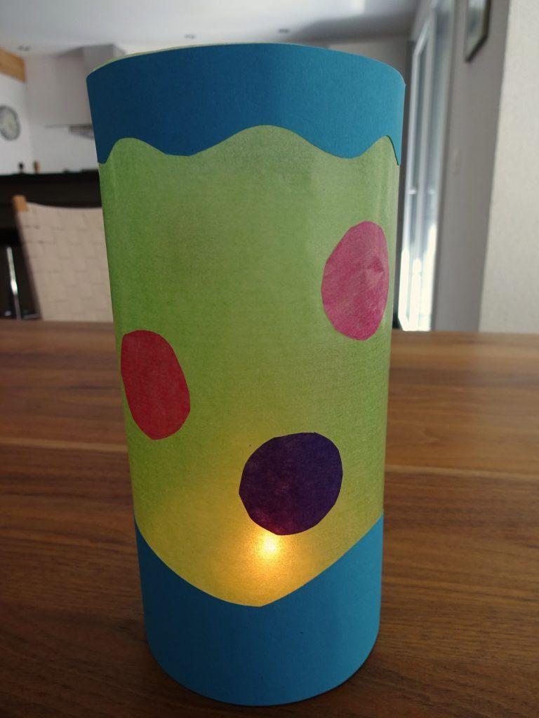 Décorer la lanterne de motifs en papier de soie. (Photo: Athena Tsatsamba Welsch)
